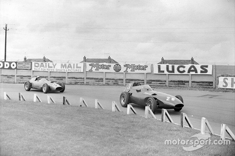 Tony Brooks, Vanwall; Stirling Moss, Vanwall e Luigi Musso, Ferrari