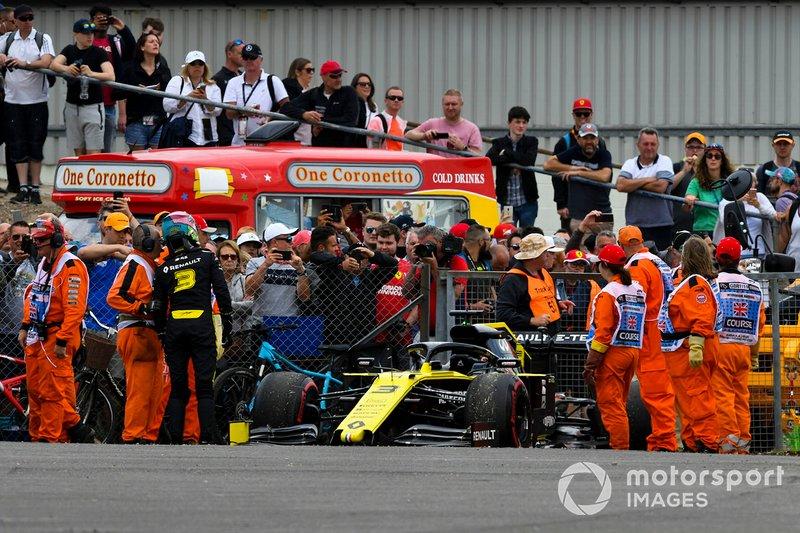 Los comisarios asisten a Daniel Ricciardo, Renault F1 Team R.S.19