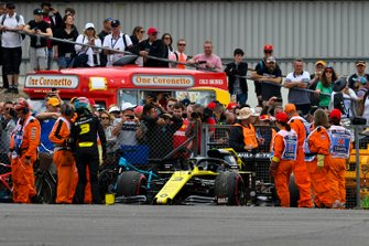 Marshals assist Daniel Ricciardo, Renault F1 Team R.S.19