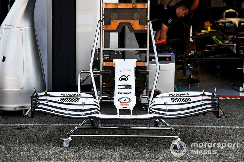 Ala anteriore di una Mercedes AMG F1 W10, con la nuova livrea