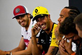 Daniel Ricciardo, Renault F1 Team and Antonio Giovinazzi, Alfa Romeo Racing laughing in the Press Conference