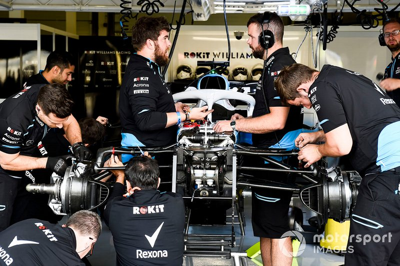 Williams mechanics assemble the car of George Russell, Williams Racing FW42