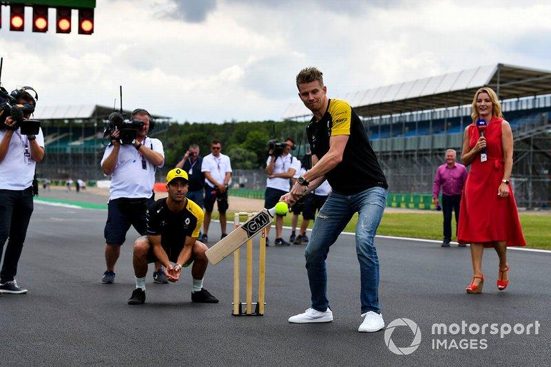 Nico Hulkenberg, Renault F1 Team y Daniel Ricciardo, Renault F1 Team, jugando a cricket con Rachel Brookes, Sky TV