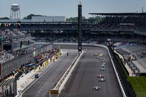 Romain Grosjean, Dale Coyne Racing with RWR Honda leads the field under the pace laps