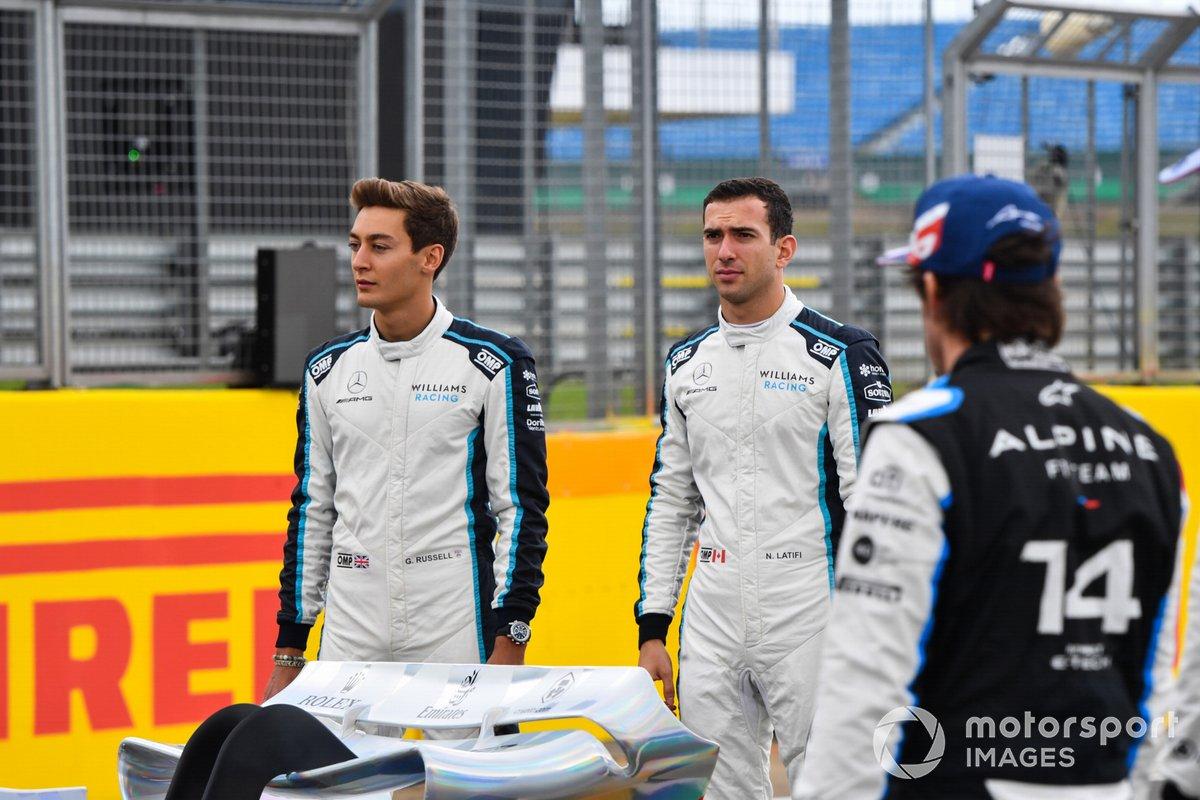 George Russell, Williams, Nicholas Latifi, Williams y Fernando Alonso, Alpine F1 en el evento de lanzamiento del coche de Fórmula 1 de 2022 en la parrilla de Silverstone