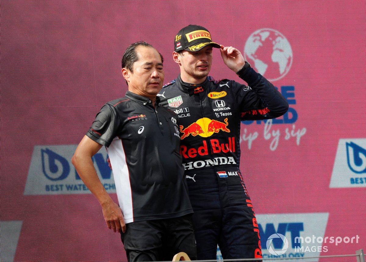Podio: Toyoharu Tanabe, Director técnico F1 Honda, ganador Max Verstappen, Red Bull Racing