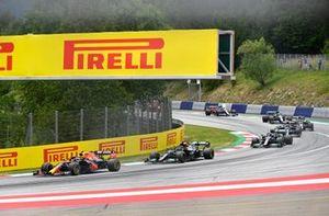 Sergio Perez, Red Bull Racing RB16B, Lewis Hamilton, Mercedes W12, en Valtteri Bottas, Mercedes W12