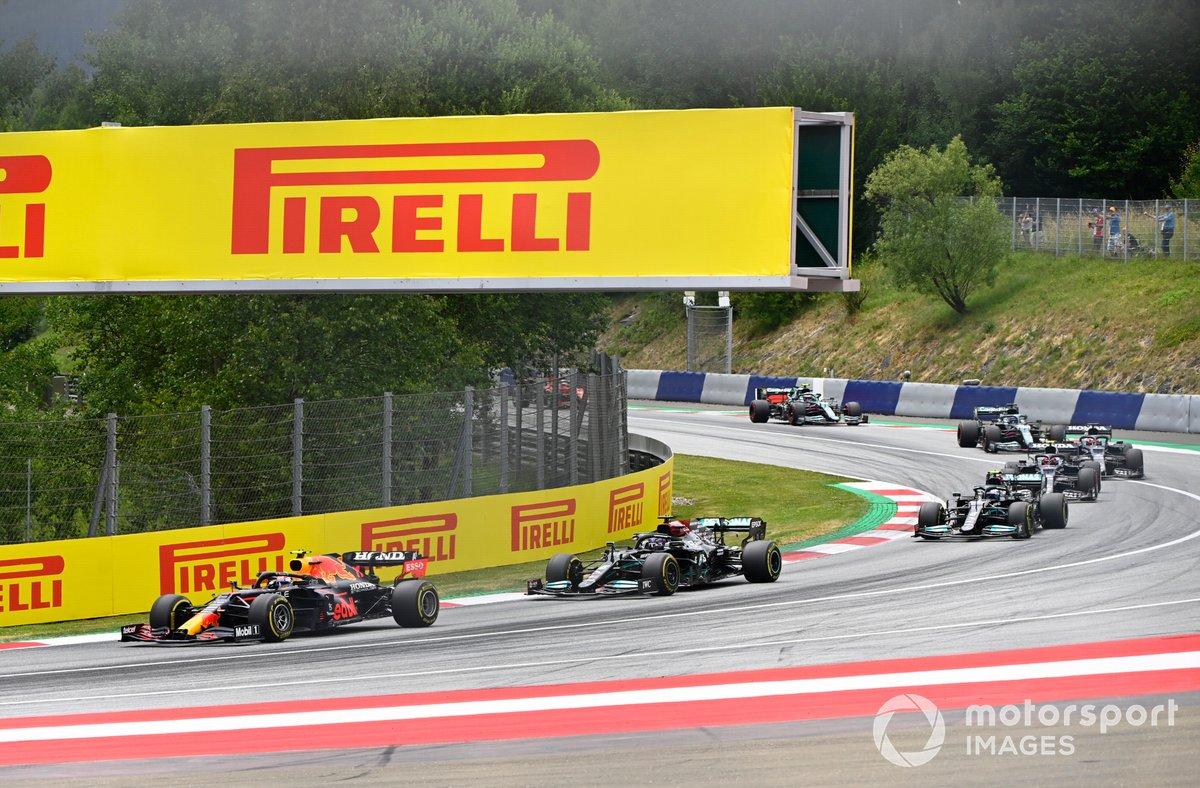 Sergio Pérez, Red Bull Racing RB16B, Lewis Hamilton, Mercedes W12, Valtteri Bottas, Mercedes W12