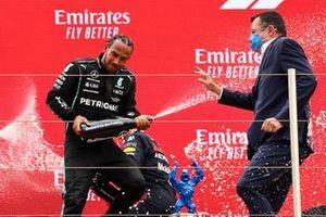 Le 2ᵉ Sir Lewis Hamilton, Mercedes, pulvérise Eric Boullier, directeur général du GIP Grand Prix de France, de vin pétillant sur le podium