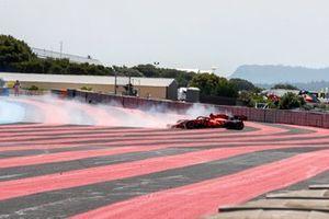 Carlos Sainz Jr., Ferrari SF21, se sale de pista