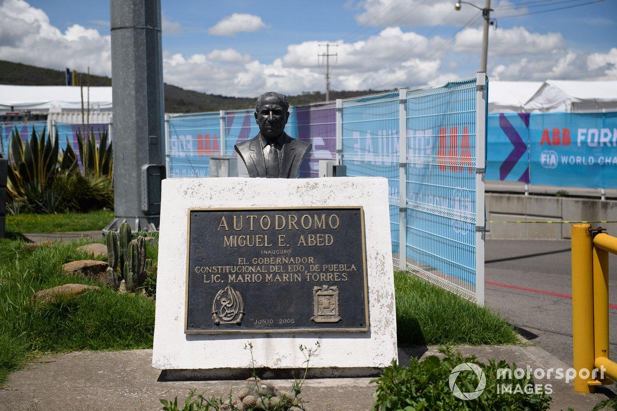 Placa conmemorativa del Autódromo Miguel E. Abed