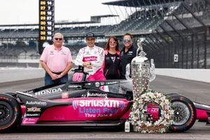 Indy-500-Sieger 2021: Helio Castroneves, Meyer Shank Racing Honda, mit Jim Meyer, Michael Shank und dessen Ehefrau Mary Beth