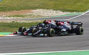 Lewis Hamilton, Mercedes W12, passeert Valtteri Bottas, Mercedes W12