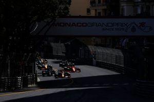 Max Verstappen, Red Bull Racing RB16B, Valtteri Bottas, Mercedes W12, Carlos Sainz Jr., Ferrari SF21, Lando Norris, McLaren MCL35M, and the rest of the field at the start
