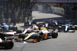 Daniel Ricciardo, McLaren MCL35M, Kimi Raikkonen, Alfa Romeo Racing C41, Fernando Alonso, Alpine A521, Nicholas Latifi, Williams FW43B, and the remainder of the field at the start