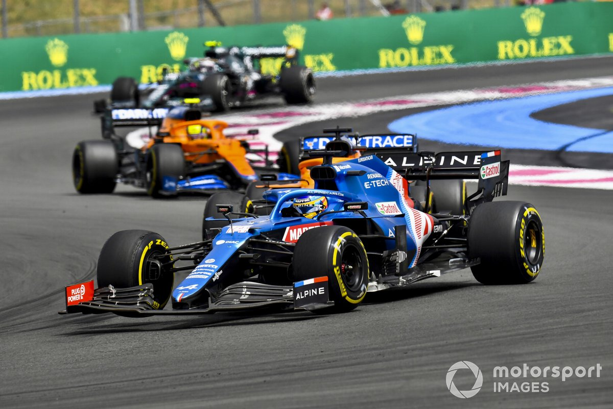 Fernando Alonso, Alpine A521, Daniel Ricciardo, McLaren MCL35M, y Lando Norris, McLaren MCL35M