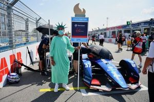 A grid model dressed as the Statue of Liberty on the grid with Nick Cassidy, Envision Virgin Racing, Audi e-tron FE07