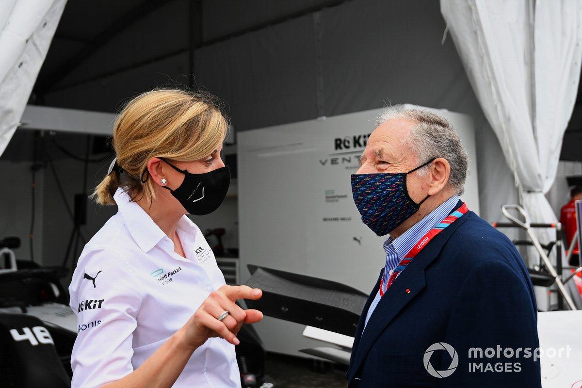 Susie Wolff, directora del equipo Venturi Racing, habla con Jean Todt, presidente de la FIA, en el pit lane