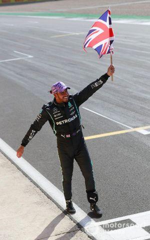 Lewis Hamilton, Mercedes, viert zijn overwinning met een Britse vlag
