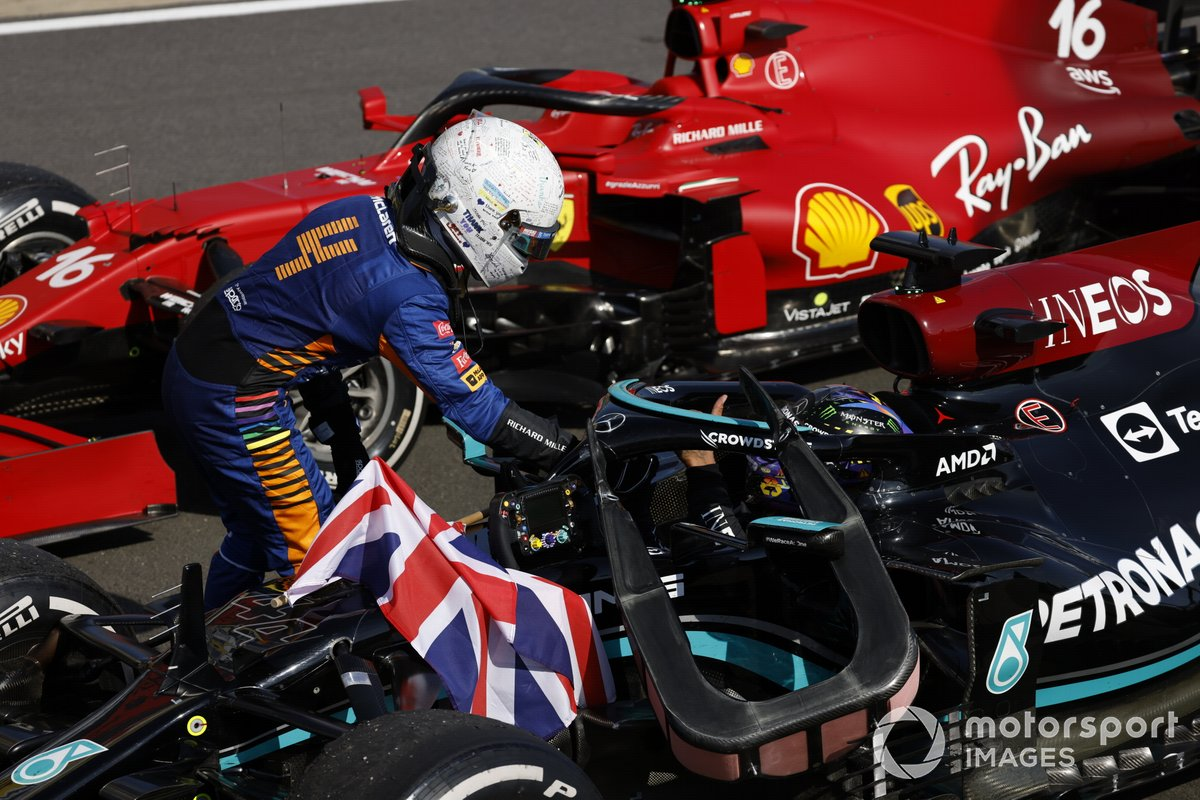 Lando Norris, McLaren felicita al ganador Lewis Hamilton, Mercedes, en Parc Ferme