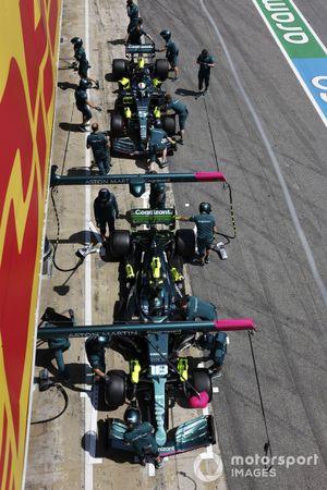 Lance Stroll, Aston Martin AMR21, and Sebastian Vettel, Aston Martin AMR21, in the pits