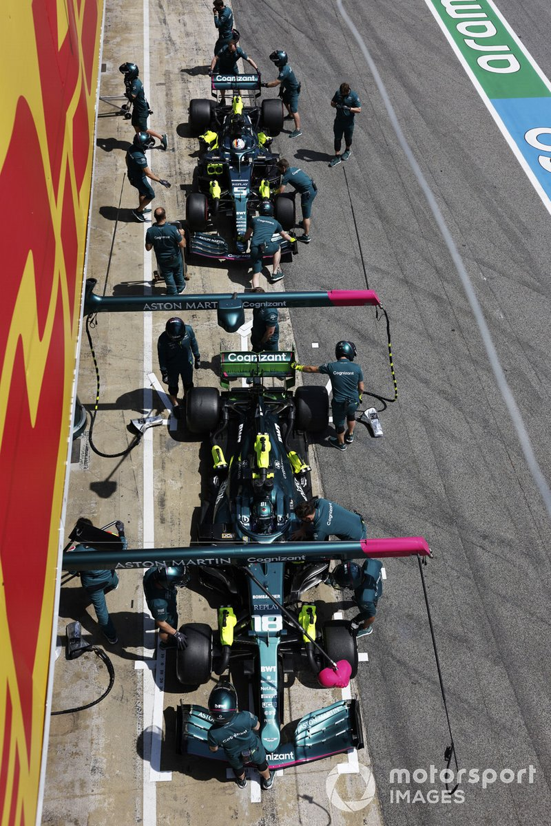 Lance Stroll, Aston Martin AMR21, y Sebastian Vettel, Aston Martin AMR21, en el pit lane