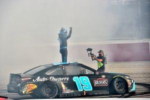 Ganador Martin Truex Jr., Joe Gibbs Racing, Toyota Camry Auto-Owners Insurance