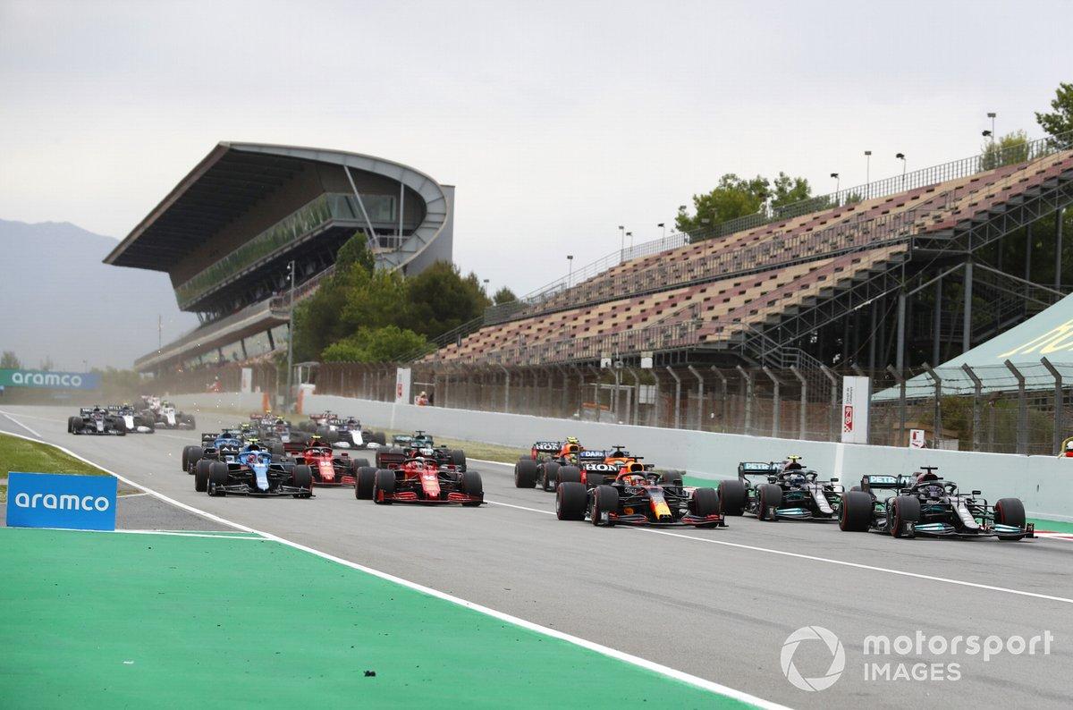 Lewis Hamilton, Mercedes W12, Max Verstappen, Red Bull Racing RB16B , Valtteri Bottas, Mercedes W12, Charles Leclerc, Ferrari SF21 al inicio