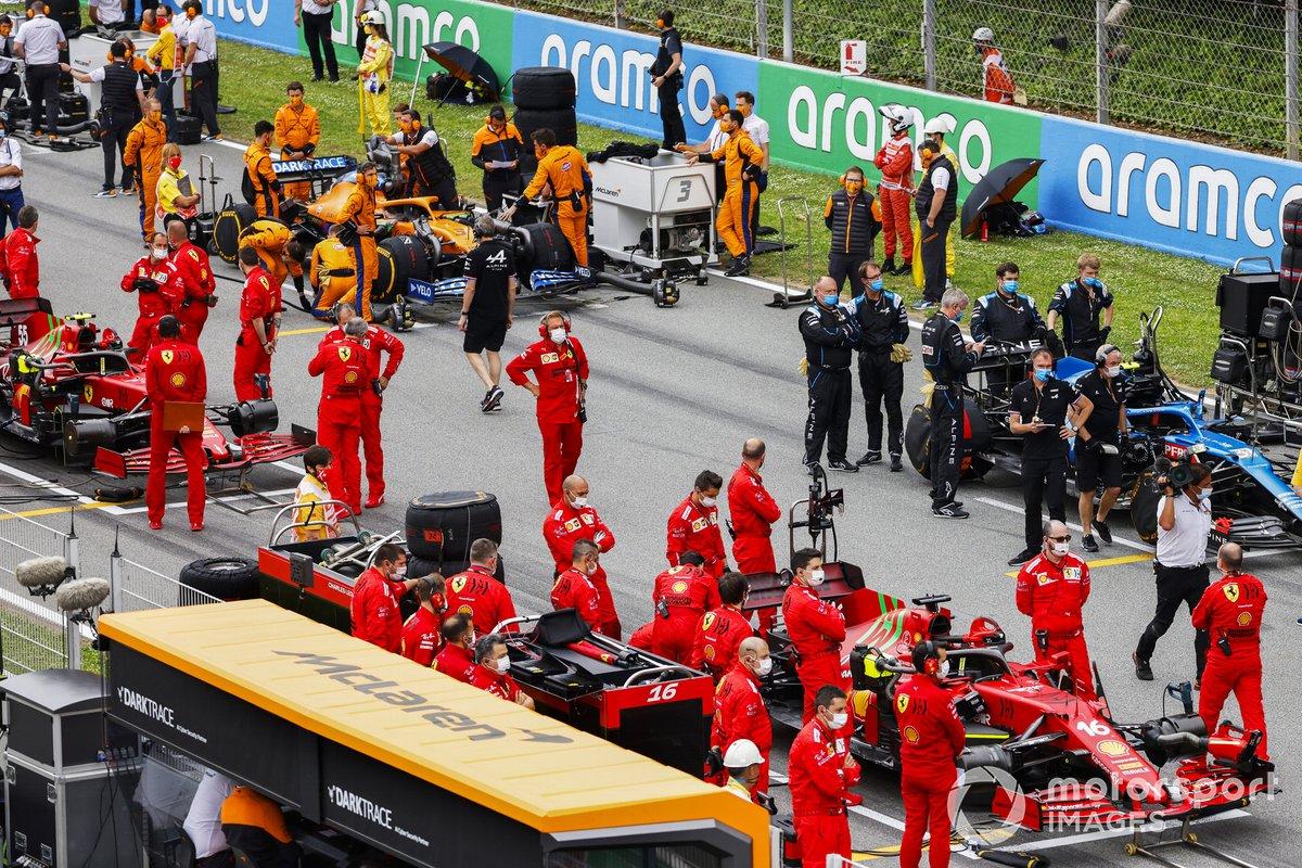 Mecánicos de Ferrari en la parrilla con Charles Leclerc, Ferrari SF21