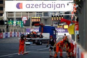 Машина Макса Ферстаппена, Red Bull Racing RB16B, на эвакуаторе после аварии