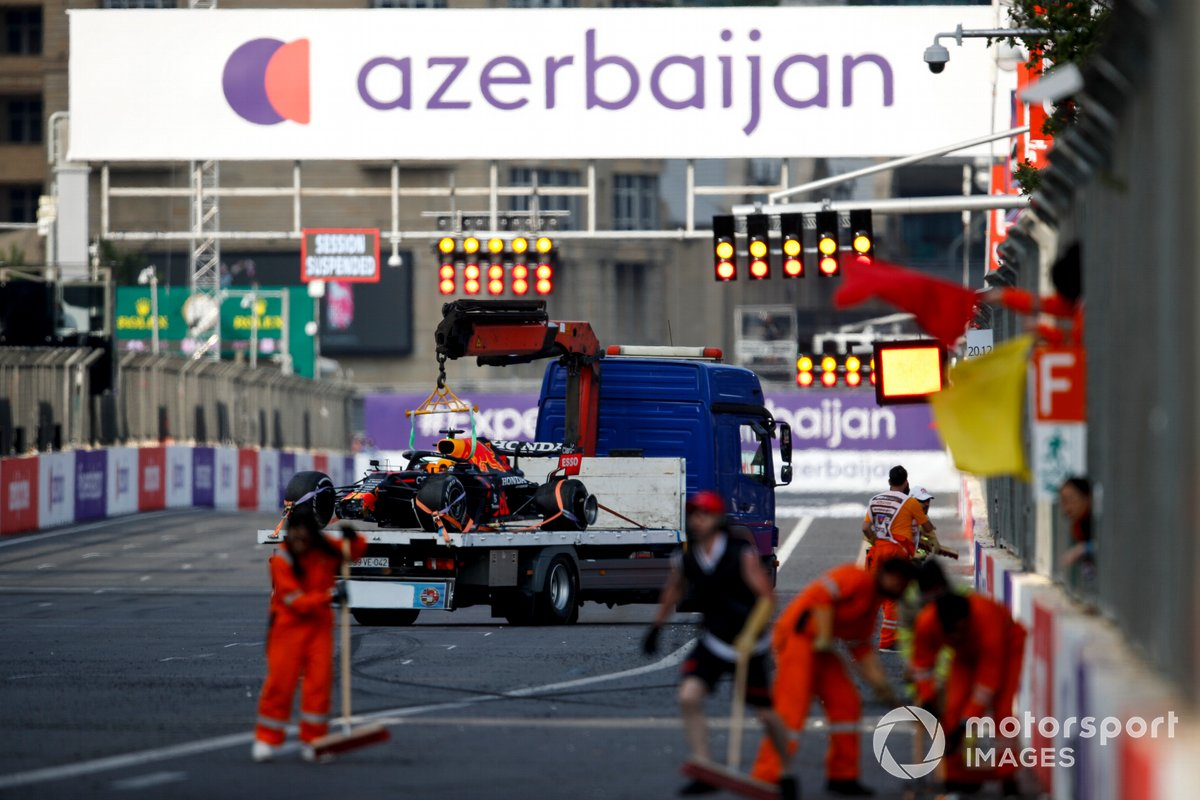 El coche de Max Verstappen, el Red Bull Racing RB16B, arriba de una grúa