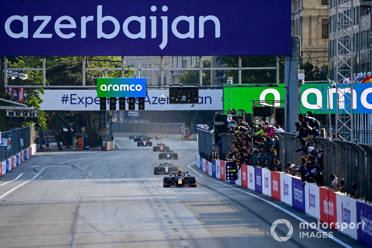 Sergio Pérez, Red Bull Racing RB16B, 1ª posición, toma la bandera a cuadros