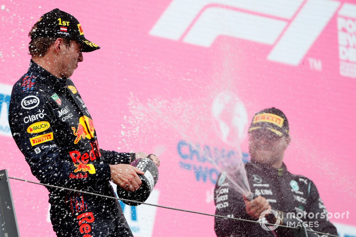 Podio: ganador de la carrera Max Verstappen, tercer lugar Valtteri Bottas, Mercedes