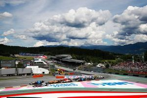 George Russell, Williams FW43B, Yuki Tsunoda, AlphaTauri AT02, Daniel Ricciardo, McLaren MCL35M, Antonio Giovinazzi, Alfa Romeo Racing C41, Carlos Sainz Jr., Ferrari SF21, and the remainder of the field at the start