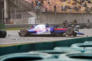 Alexander Albon, Toro Rosso STR14, comes to a halt after crashing towards the end of practice 3