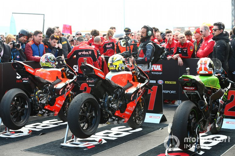 Motos de Chaz Davies, Aruba.it Racing-Ducati Team, Alvaro Bautista, Aruba.it Racing-Ducati Team, Jonathan Rea, Kawasaki Racing en parc ferme