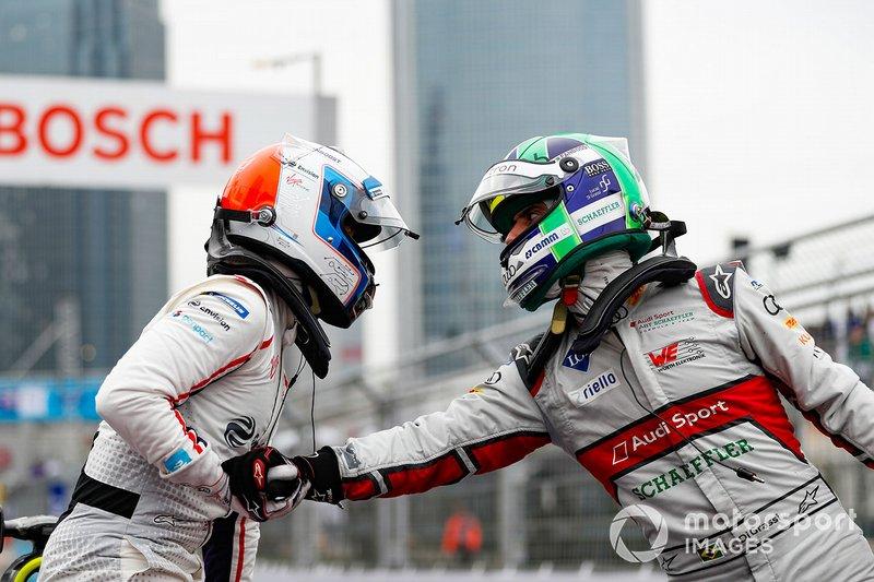 Lucas Di Grassi, Audi Sport ABT Schaeffler, felicita a Sam Bird, Envision Virgin Racing en parc ferme
