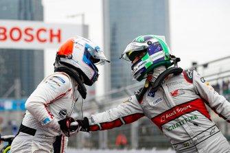 Lucas Di Grassi, Audi Sport ABT Schaeffler, terzo, fa i complimenti al vincitore Sam Bird, Envision Virgin Racing nel parco chiuso