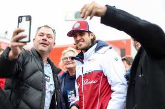 Antonio Giovinazzi, Alfa Romeo Racing with fans