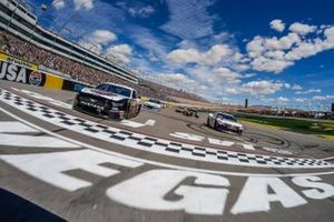 Denny Hamlin, Joe Gibbs Racing, Toyota Camry FedEx Office, Kevin Harvick, Stewart-Haas Racing, Ford Mustang Jimmy John's