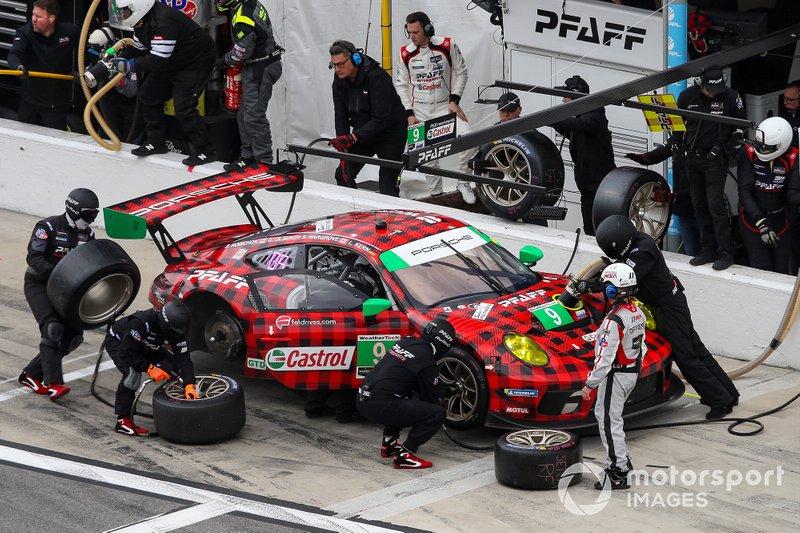 Пит-стоп: Скотт Харгроу, Закари Робинсон, Ларс Керн, Деннис Олсен, Pfaff Motorsports, Porsche 911 GT3 R (№9)