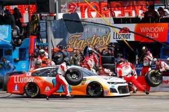Alex Bowman, Hendrick Motorsports, Chevrolet Camaro LLumar pit stop