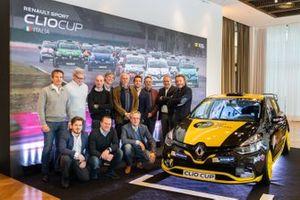 I protagonisti della Press League posano con la Clio RS 1.6 turbo