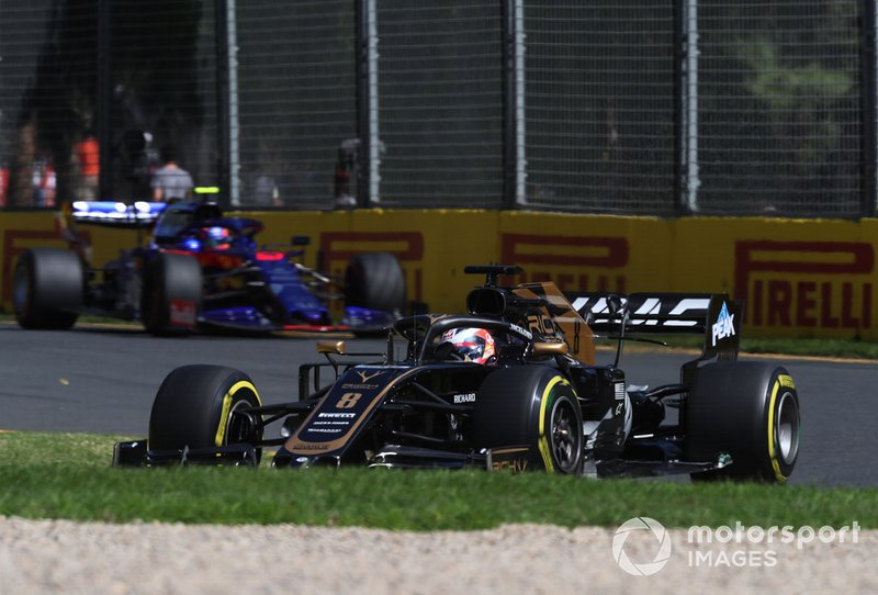 Romain Grosjean, Haas F1 Team VF-19, precede Alexander Albon, Toro Rosso STR14