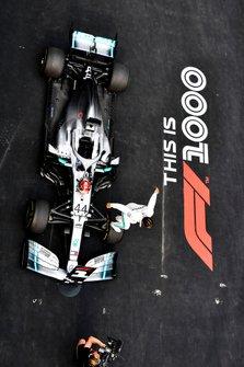 Lewis Hamilton, Mercedes AMG F1, 1° classificato, festeggia all'arrivo nel parco chiuso
