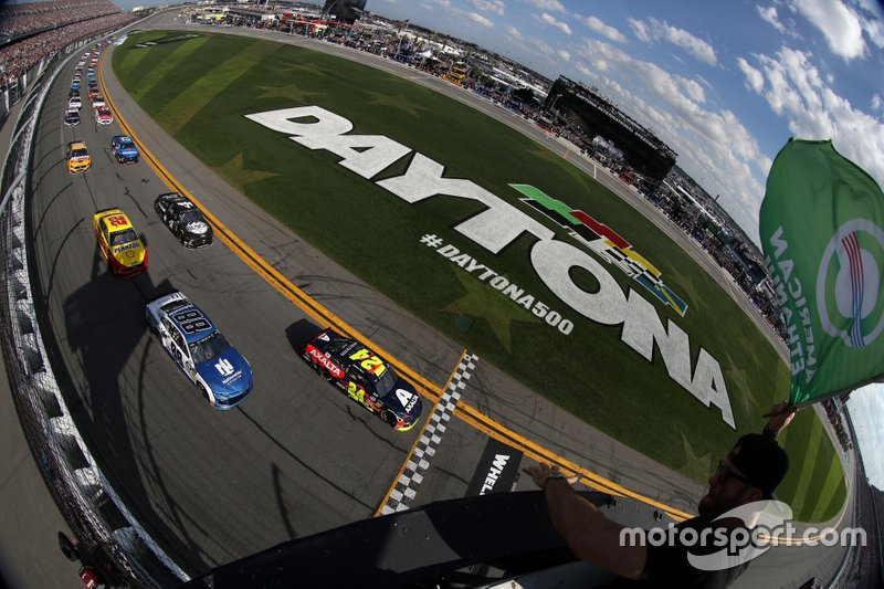 Na NASCAR, a maior categoria do automobilismo dos EUA, foram realizadas as primeiras quatro provas, mas as atividades só voltarão a partir de 3 de maio, com a etapa de Martinsville no dia 9.