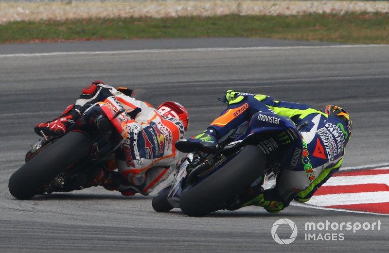 Uma das rivalidades mais explosivas da MotoGP aconteceu em 2015, quando Valentino Rossi acusou Marc Márquez de atrapalhá-lo da briga pelo título com Jorge Lorenzo. O estopim veio no GP da Malásia, quando Rossi acabou chutando a moto do espanhol.