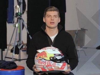 Max Verstappen toont zijn nieuwe helm voor 2019