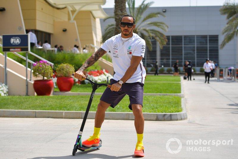 Lewis Hamilton, Mercedes AMG F1, en una scooter