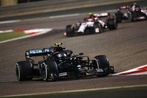 Valtteri Bottas, Mercedes F1 W11, Antonio Giovinazzi, Alfa Romeo Racing C39
